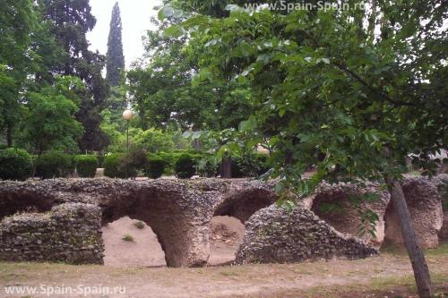 Развалины амфитеатра и акведука, времен Римской Империи в Толедо
